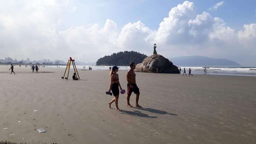 Praia do Itararé amanheceu com algumas pessoas caminhando no local