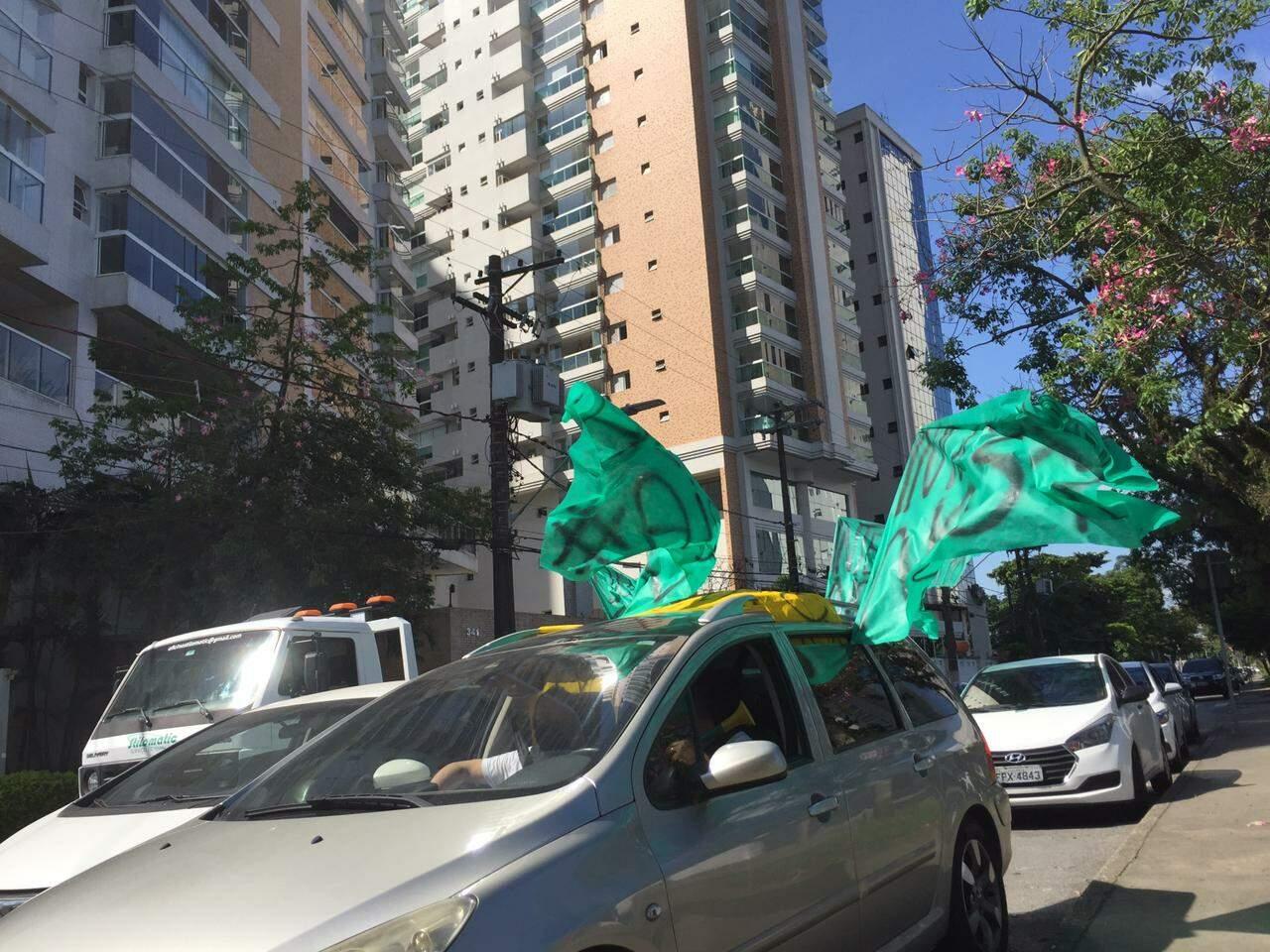 Grupo de comerciantes protestou em frente ao prédio onde mora o prefeito Rogério Santos